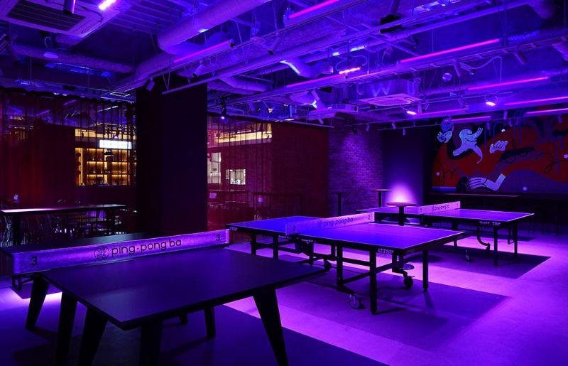 地下スペースに広がるのは、お酒や料理とともに卓球が楽しめる大人の遊び場「ping-pong ba(ピンポンバ)」