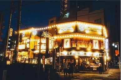 昭和の雰囲気と現代のモダンな空気が融合した集う場には、連日人々で賑わいを魅せる東京大塚のれん街。