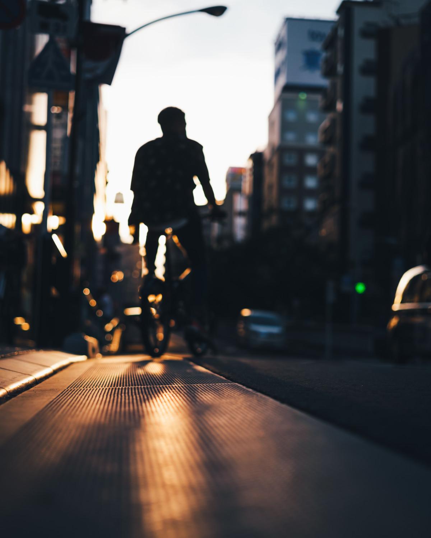 大塚駅前、自転車を漕ぐ人